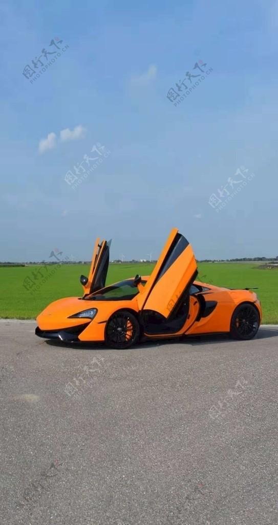 橘黄色轿车